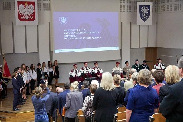 Widok auli Wydziału Nauk Przyrodniczych z uczestnikami inauguracji