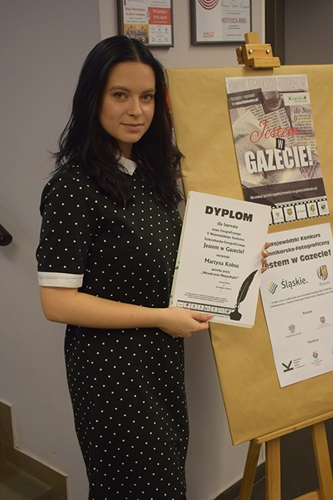 Laureatka konkursu Martyna Kobus prezentuje pamiątkowy dyplom