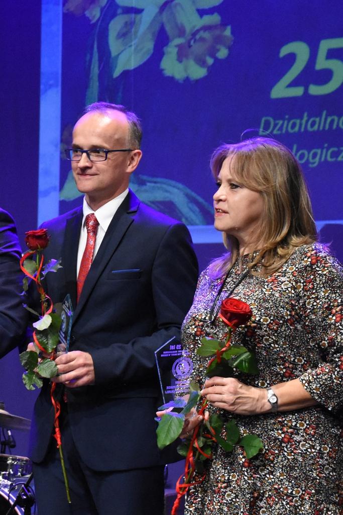 Burmistrz Sławkowa Rafał Adamczyk na scenie Teatru Dzieci Zagłębia z przyznanym wyróżnieniem