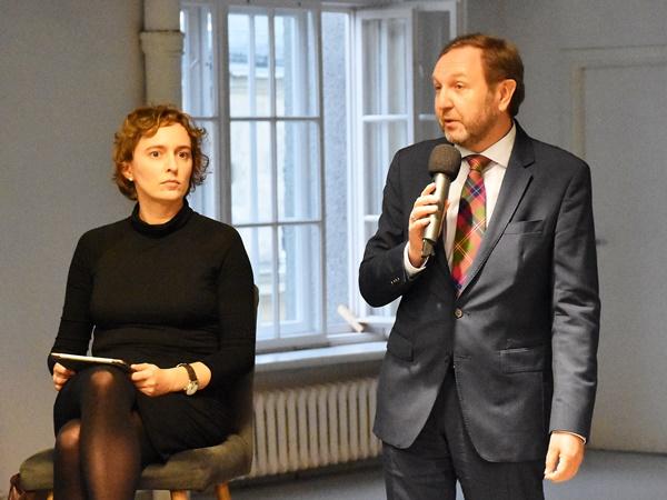 Dr Jacek Kucharczyk, prezes Instytutu Spraw Publicznych, wita uczestników debaty