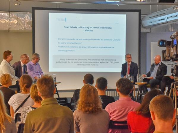 Pięciu uczestników debaty i prowadząca