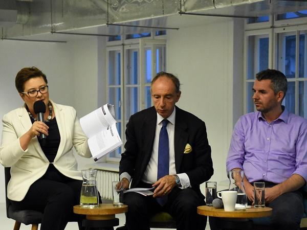 Katarzyna Lubnauer prezentuje dokument dotyczący działań chroniących klimat