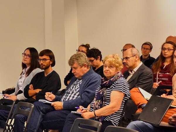 Publiczność obserwująca przebieg debaty