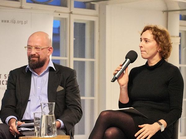 Prowadząca debatę Karolina Lewicka z TOK FM zadaje pytania uczestnikom debaty