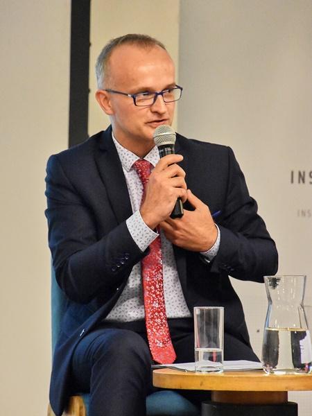 Burmistrz Sławkowa Rafał Adamczyk odpowiada na pytanie prowadzącej debatę