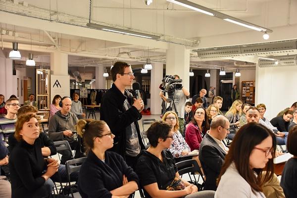 Obserwująca przebieg debaty publiczność zadaje pytania jej uczestnikom
