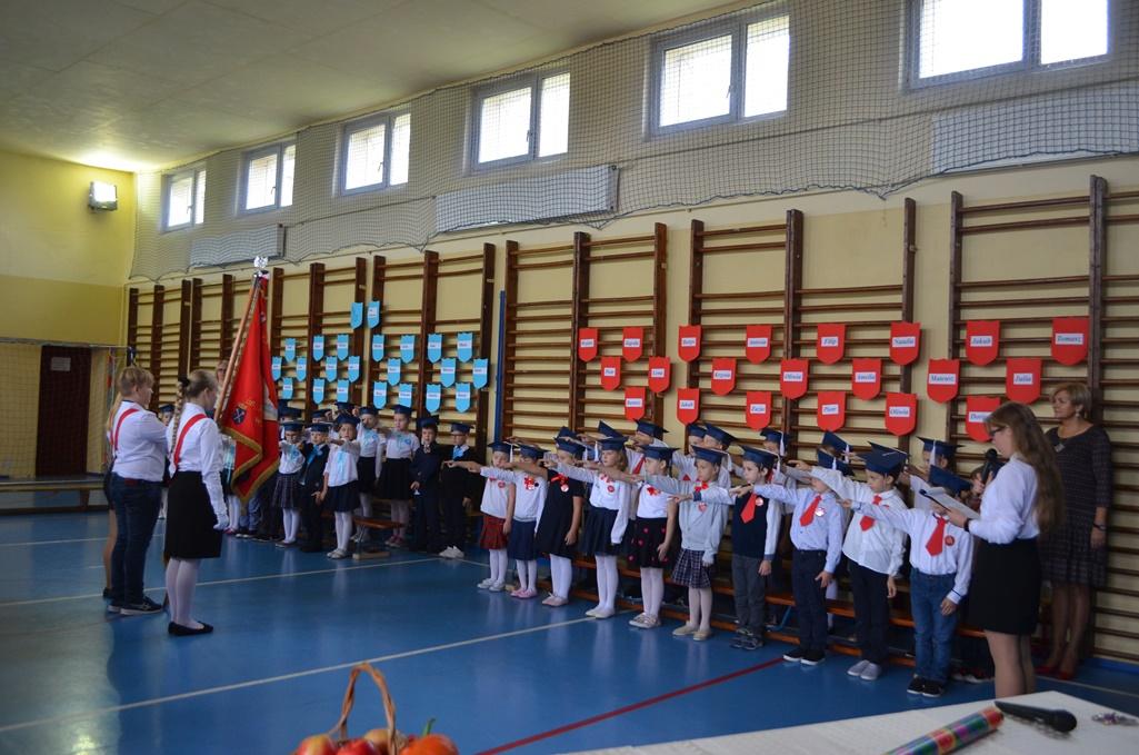 Uczniowie Szkoły Podstawowej nr 1 podczas uroczystej akademii