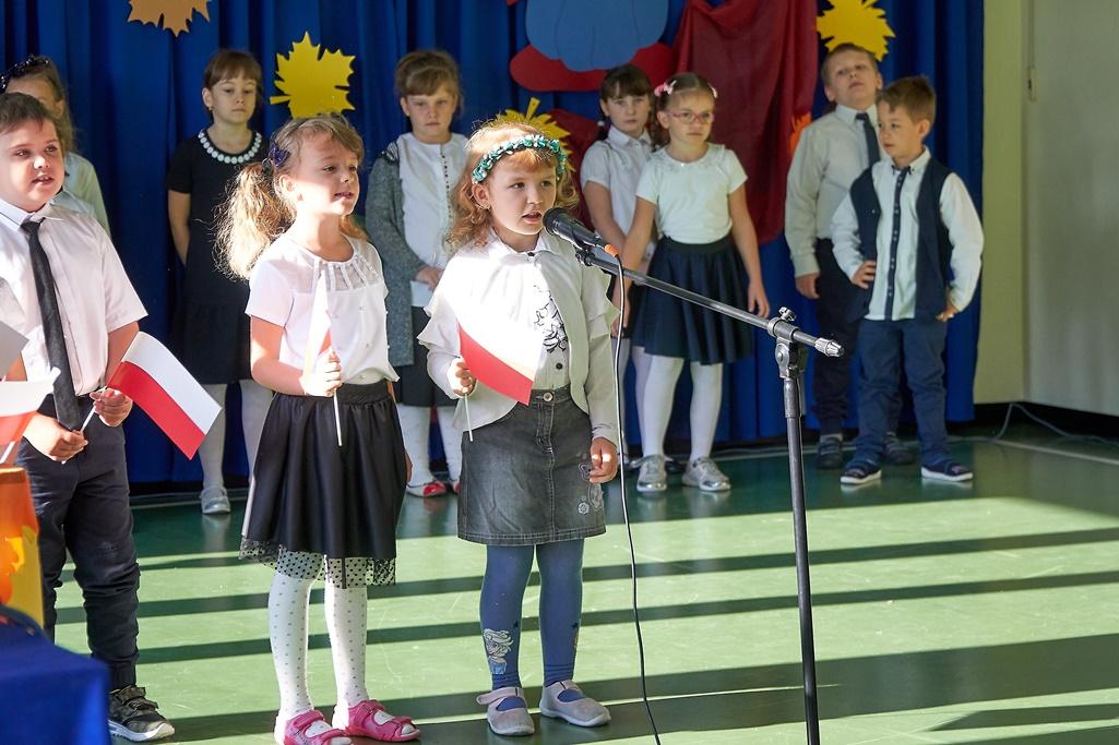 Dzieci występujące podczas akademii z okazji pasowania na ucznia