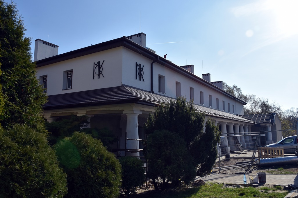 Widok budynku MOK z zewnątrz podczas prac