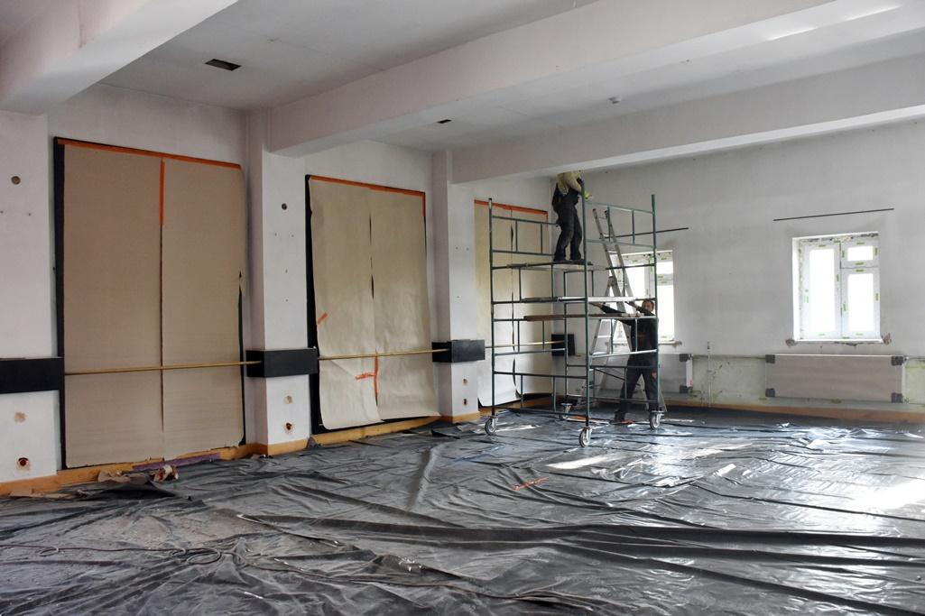 Robotnicy malujący sufit sali baletowej