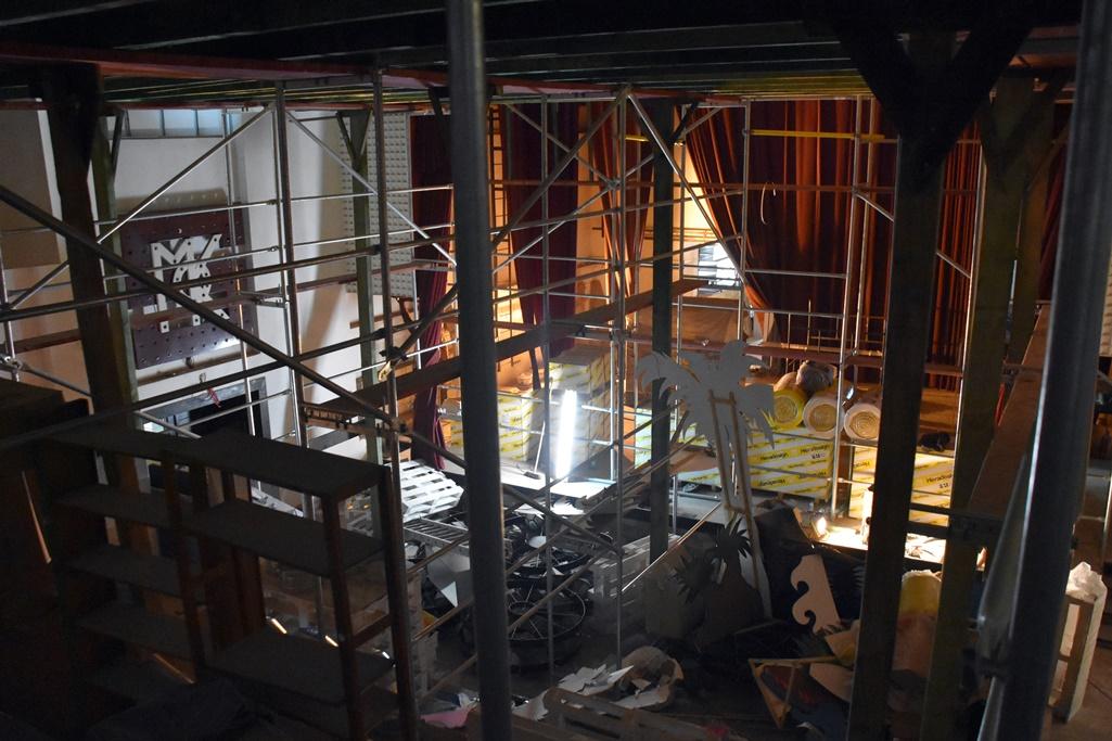 Ujęcie z góry na salę widowiskową ze sceną, gdzie znajdują się rusztowania