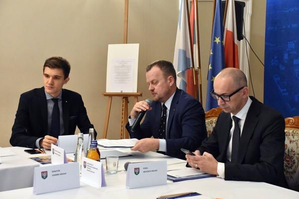 Prowadzący spotkanie prezydent Sosnowca Arkadiusz Chęciński, poseł Mateusz Bochenek i przewodniczący zarządu Górnośląsko-Zagłębiowskiej Metropolii Kazimierz Karolczak