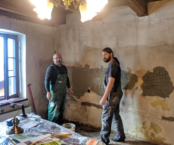 Widocznych dwóch mężczyzn, pracowników ośrodka w roboczych ubraniach podczas dokonywania prac remontowych
