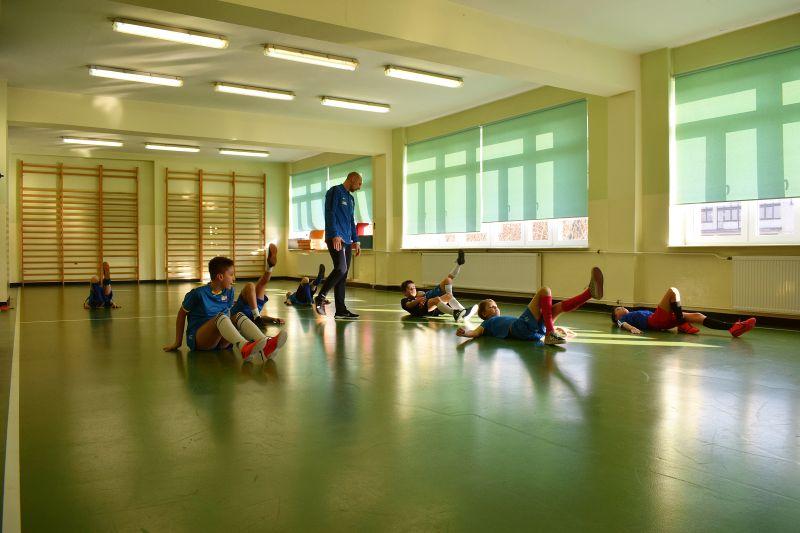 Dzieci podczas wykonywania ćwiczeń