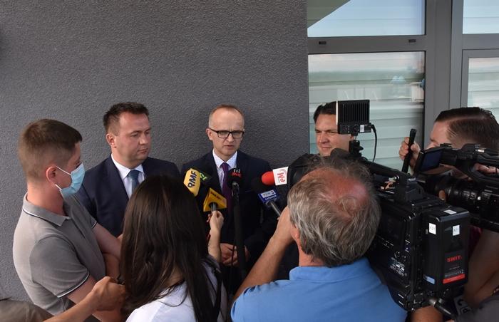 Prezydent Dabrowy Górniczej, starosta będziński i burmistrz Sławkowa podczas rozmowy z mediami