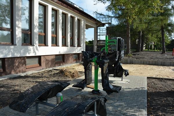 Widok na urządzenia do ćwiczeń w plenerze