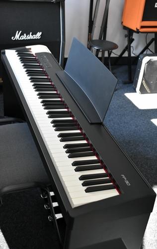 Na zdjęciu widoczna klawiatura nowego pianina elektrycznego, znajdującego się w sali muzycznej