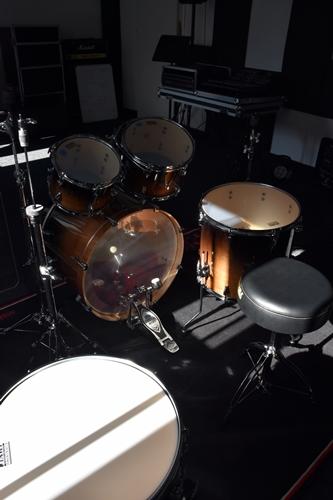 Na zdjęciu widoczne elementy perkusji, znajdującej się w pomieszczeniu sali muzycznej