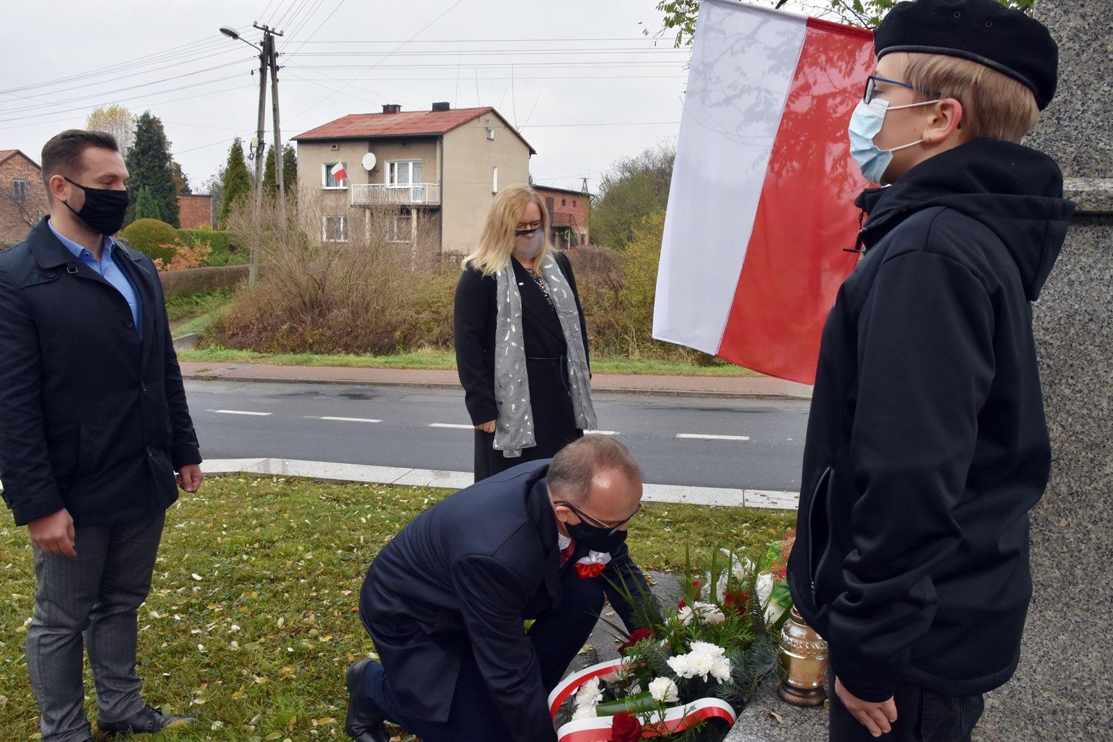 Burmistrz Sławkowa składa wiązankę kwiatów pod pomnikiem.