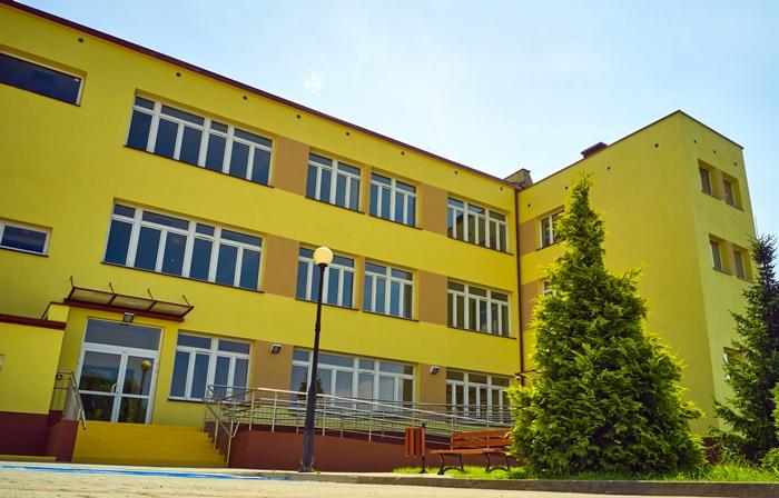 Widoczna żółta elewacja zewnętrzna wyremontowanego budynku segmentu B